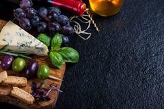 Υπόβαθρο τροφίμων, αγροτικός πίνακας με τα χορτάρια τυριών και κρασί Στοκ Φωτογραφίες