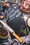 Υπόβαθρο τροφίμων για τις συνταγές του μαγειρέματος ώμων αρνιών Ακατέργαστο κρέας, μαχαίρι χασάπηδων, ρύζι και συστατικά γύρω από Στοκ εικόνα με δικαίωμα ελεύθερης χρήσης