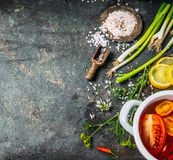 Υπόβαθρο τροφίμων για υγιή, τη διατροφή ή τις χορτοφάγες συνταγές μαγειρέματος με τα φρέσκα λαχανικά και τα συστατικά καρυκευμάτω στοκ φωτογραφία
