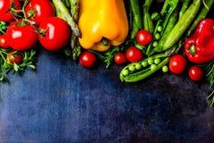 Υπόβαθρο τροφίμων με τα φρέσκα οργανικά λαχανικά Τοπ όψη Στοκ Φωτογραφίες
