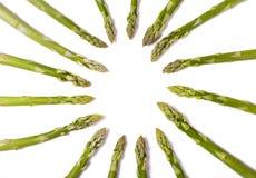 Υπόβαθρο τροφίμων, πράσινες άκρες σπαραγγιού που διαμορφώνει έναν κύκλο Στοκ Φωτογραφίες