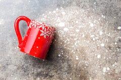 Υπόβαθρο τροφίμων Χριστουγέννων διακοπών, κούπα τσαγιού με τη διακόσμηση Χριστουγέννων στο υπόβαθρο πετρών Χειμώνας, επιλογές Χρι Στοκ Εικόνες
