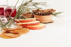 Υπόβαθρο τροφίμων Χριστουγέννων - θερμαμένο κρασί Διακοσμητική διακόσμηση των καρυκευμάτων και των ποτών στον άσπρο ξύλινο πίνακα Στοκ Εικόνες