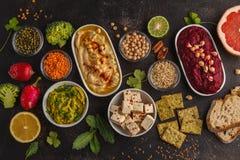 Υπόβαθρο τροφίμων Vegan Ο χορτοφάγος τσιμπά: hummus, hummu παντζαριών στοκ εικόνες