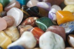 Υπόβαθρο των γυαλισμένων χρωματισμένων πολύτιμων λίθων Στοκ Εικόνες