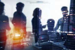 Υπόβαθρο των επιχειρηματιών που εργάζονται κατά τη διάρκεια της νύχτας στοκ εικόνες