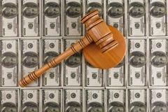 Υπόβαθρο των λογαριασμών δολαρίων, στο οποίο είναι ένα σφυρί δημοπρασίας και μια στάση Στοκ φωτογραφίες με δικαίωμα ελεύθερης χρήσης