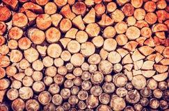 Υπόβαθρο των ξύλινων κούτσουρων, κόκκινο φίλτρο Στοκ Εικόνες