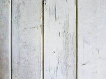 Υπόβαθρο των ξύλινων πινάκων που καλύπτονται με το άσπρο χρώμα αποφλοίωσης στοκ εικόνα