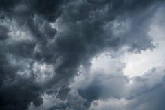 Υπόβαθρο των σκοτεινών σύννεφων πριν από thunder-storm, φως του ήλιου μέσω του πολύ σκοτεινού υποβάθρου σύννεφων, άσπρη τρύπα στο Στοκ Εικόνα