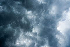 Υπόβαθρο των σκοτεινών σύννεφων πριν από thunder-storm, φως του ήλιου μέσω του πολύ σκοτεινού υποβάθρου σύννεφων, άσπρη τρύπα στο Στοκ Εικόνες