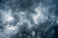Υπόβαθρο των σκοτεινών σύννεφων πριν από thunder-storm, φως του ήλιου μέσω του πολύ σκοτεινού υποβάθρου σύννεφων, άσπρη τρύπα στο Στοκ Φωτογραφίες