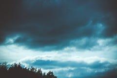 Υπόβαθρο των σκοτεινών σύννεφων πριν από thunder-storm Στοκ Εικόνες