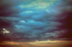 Υπόβαθρο των σκοτεινών σύννεφων πριν από thunder-storm Στοκ Φωτογραφία