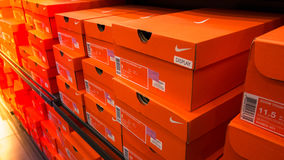 Υπόβαθρο των συσσωρευμένων κιβωτίων παπουτσιών της Nike Στοκ Φωτογραφίες