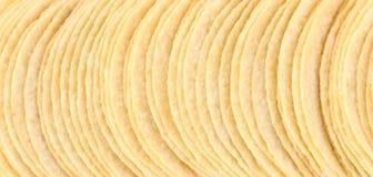 Υπόβαθρο των τσιπ πατατών στη σειρά. Στοκ φωτογραφία με δικαίωμα ελεύθερης χρήσης