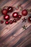 Υπόβαθρο των Χριστουγέννων και των νέων διακοσμήσεων έτους, των αστεριών και των χαντρών στοκ εικόνες