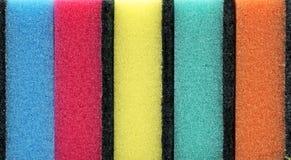 Υπόβαθρο των χρωματισμένων σφουγγαριών κουζινών στοκ εικόνες