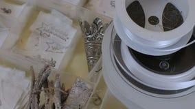 Υπόβαθρο υλικών τεχνών Scrapbooking με το ράψιμο των εργαλείων και της χρωματισμένης ράβοντας εξάρτησης ταινιών Ψαλίδι, μασούρια  απόθεμα βίντεο
