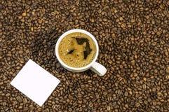 Υπόβαθρο φασολιών καφέ με το φλυτζάνι του φρέσκου καυτού καφέ και του διαστήματος για το κείμενο Στοκ φωτογραφία με δικαίωμα ελεύθερης χρήσης