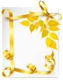 Υπόβαθρο φθινοπώρου με τα κίτρινους φύλλα και το χρυσό ribb Στοκ εικόνα με δικαίωμα ελεύθερης χρήσης