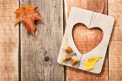Υπόβαθρο φθινοπώρου με την καρδιά πλαισίων που διαμορφώνεται Στοκ Φωτογραφίες