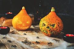 Υπόβαθρο φρίκης αποκριών με έναν Ιστό αραχνών ` s, κολοκύθες, candl Στοκ Φωτογραφία