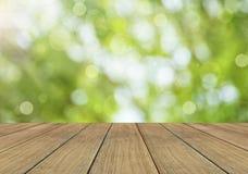 Υπόβαθρο φύσης άνοιξης ή καλοκαιριού και ξύλινο πάτωμα Στοκ Φωτογραφία