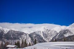 Υπόβαθρο φύσης Καύκασου χιονοδρομικών κέντρων βουνών Στοκ Εικόνες