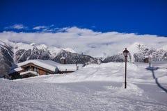 Υπόβαθρο φύσης Καύκασου χιονοδρομικών κέντρων βουνών Στοκ φωτογραφίες με δικαίωμα ελεύθερης χρήσης