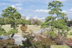 Υπόβαθρο φύσης με την άποψη του παραδοσιακού ιαπωνικού ορίζοντα πάρκων και πόλεων στοκ φωτογραφίες