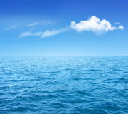 Υπόβαθρο φύσης με την μπλε θάλασσα και μπλε ουρανός με τα σύννεφα Στοκ Φωτογραφίες