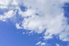 Υπόβαθρο φύσης - νεφελώδης βαθύς μπλε ουρανός το καλοκαίρι Στοκ εικόνα με δικαίωμα ελεύθερης χρήσης