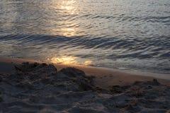 Υπόβαθρο φύσης της χρυσής αντανάκλασης στο νερό και το ομαλό s Στοκ εικόνα με δικαίωμα ελεύθερης χρήσης