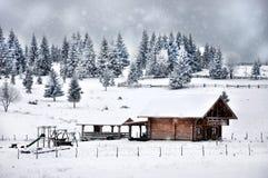 Υπόβαθρο χαιρετισμών Χριστουγέννων μπλε μικρός λευκός σαν το χιόνι ξύλινος ουρανού μερών εξοχικών σπιτιών Στοκ Εικόνα