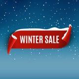 Υπόβαθρο χειμερινής πώλησης με την κόκκινη ρεαλιστική κορδέλλα Προωθητικό σχέδιο χειμερινών αφισών ή εμβλημάτων με το χιόνι Διανυ διανυσματική απεικόνιση