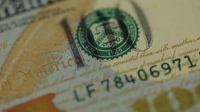 υπόβαθρο χρημάτων μετρητών Το πορτρέτο του Benjamin Franklin στενό σε επάνω λογαριασμών 100 αμερικανικών δολαρίων, η εικόνα περισ απόθεμα βίντεο