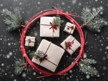 Υπόβαθρο Χριστουγέννων για τις χειμερινές διακοπές με τα δώρα Χριστουγέννων που χαράσσονται Στοκ Φωτογραφίες