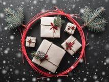 Υπόβαθρο Χριστουγέννων για τις χειμερινές διακοπές με τα δώρα Χριστουγέννων Στοκ εικόνες με δικαίωμα ελεύθερης χρήσης
