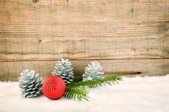 Υπόβαθρο Χριστουγέννων, διακόσμηση στο λευκό πρόσθετες διακοπές μορφής καρτών στοκ φωτογραφίες