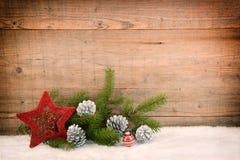 Υπόβαθρο Χριστουγέννων, διακόσμηση στο λευκό πρόσθετες διακοπές μορφής καρτών στοκ φωτογραφία