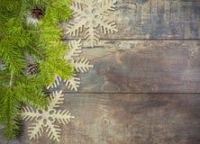 Υπόβαθρο Χριστουγέννων, διακόσμηση σε έναν αγροτικό ξύλινο πίνακα Στοκ φωτογραφία με δικαίωμα ελεύθερης χρήσης