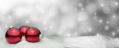 Υπόβαθρο Χριστουγέννων - κόκκινο διακοσμήσεων Χριστουγέννων - χιόνι Στοκ Εικόνα