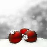 Υπόβαθρο Χριστουγέννων - κόκκινο διακοσμήσεων Χριστουγέννων - χιόνι Στοκ φωτογραφία με δικαίωμα ελεύθερης χρήσης