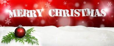 Υπόβαθρο Χριστουγέννων - κόκκινο διακοσμήσεων Χριστουγέννων - χιόνι Στοκ Φωτογραφία