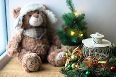 Υπόβαθρο Χριστουγέννων με έναν teddy στοκ εικόνες