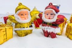 Υπόβαθρο Χριστουγέννων με ένα χρυσό κιβώτιο δώρων στο χιόνι στοκ εικόνα με δικαίωμα ελεύθερης χρήσης