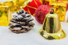 Υπόβαθρο Χριστουγέννων με ένα χρυσό κιβώτιο δώρων στο χιόνι στοκ εικόνες με δικαίωμα ελεύθερης χρήσης