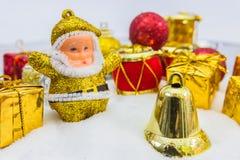 Υπόβαθρο Χριστουγέννων με ένα χρυσό κιβώτιο δώρων στο χιόνι στοκ εικόνα