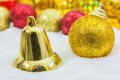 Υπόβαθρο Χριστουγέννων με ένα χρυσό κιβώτιο δώρων στο χιόνι στοκ φωτογραφία με δικαίωμα ελεύθερης χρήσης